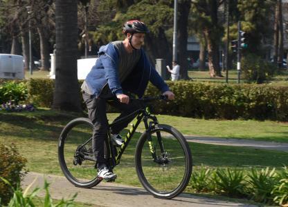 Ciclista en la rotonda de avenida Pellegrini