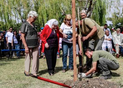 Ceremonia de plantación de árboles en el Bosque de la Memoria