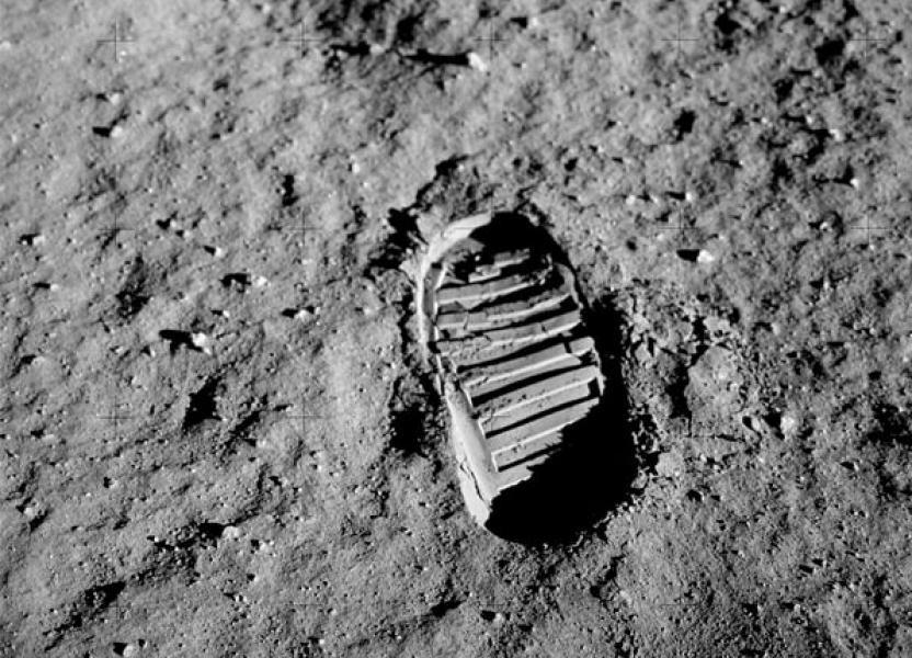 Huella dejada por las botas del astronauta de Neil Armstrong en el suelo lunar