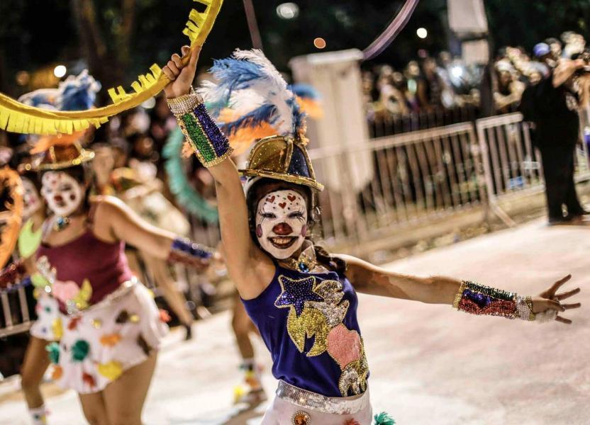 Mujer en comparsa de carnaval