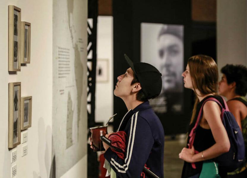 Imagen de personas visitando la muestra Che Fotógrafo.