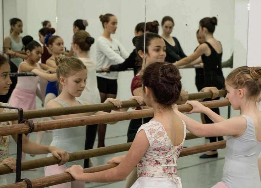 Niñas en la Escuela Municipal de Danzas