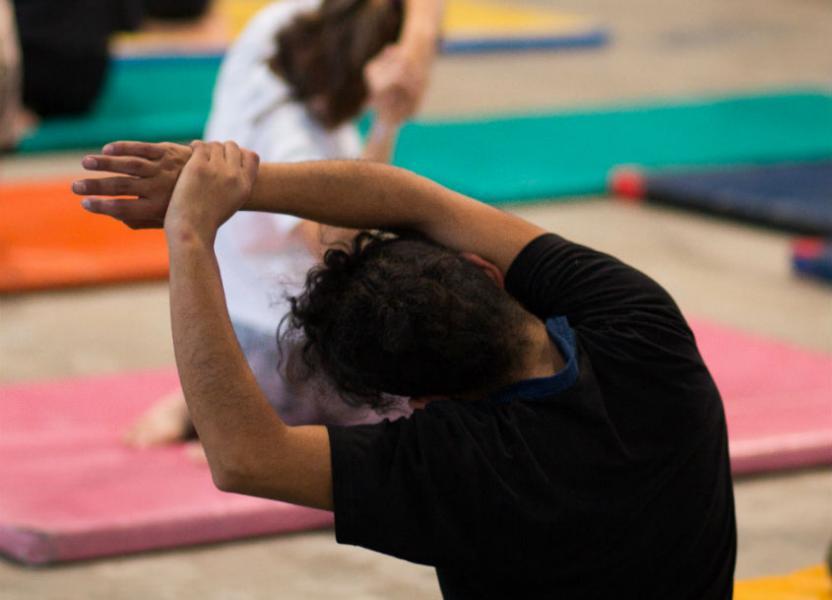 Personas haciendo ejercicios de elongación.
