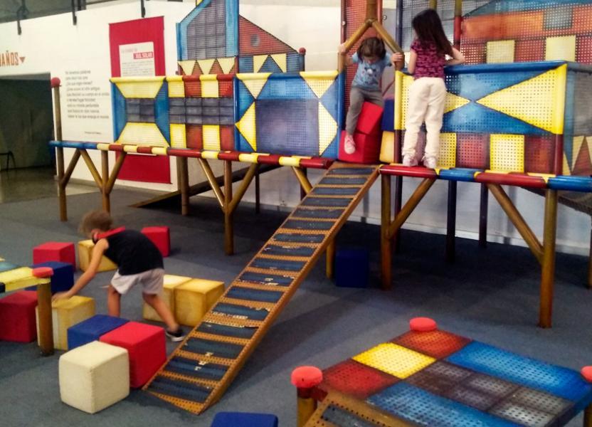 Juegos en el interior del edificio semienterrado de El Jardín de los Niños