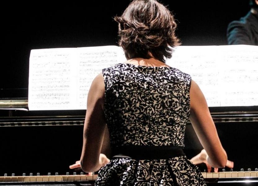 Pianista de espaldas en el Teatro Príncipe de Asturias del CCPE
