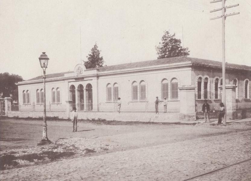 Imagen del edificio del Colegio Nacional Nro. 1 en sus inicios.