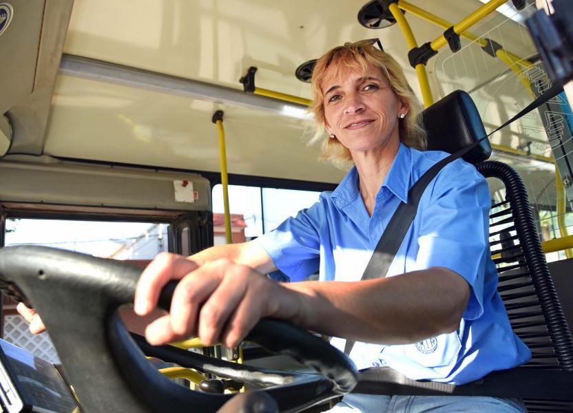 Mujer conductora de transporte urbano de pasajeros