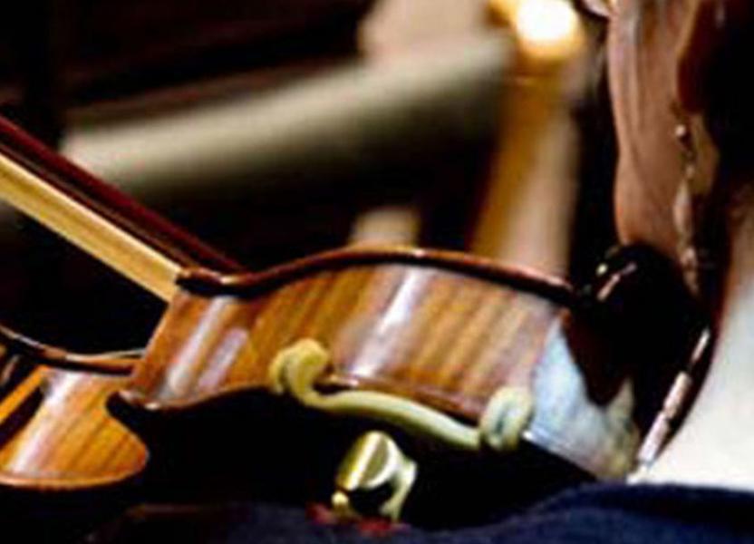 plano detalle de mujer tocando violín