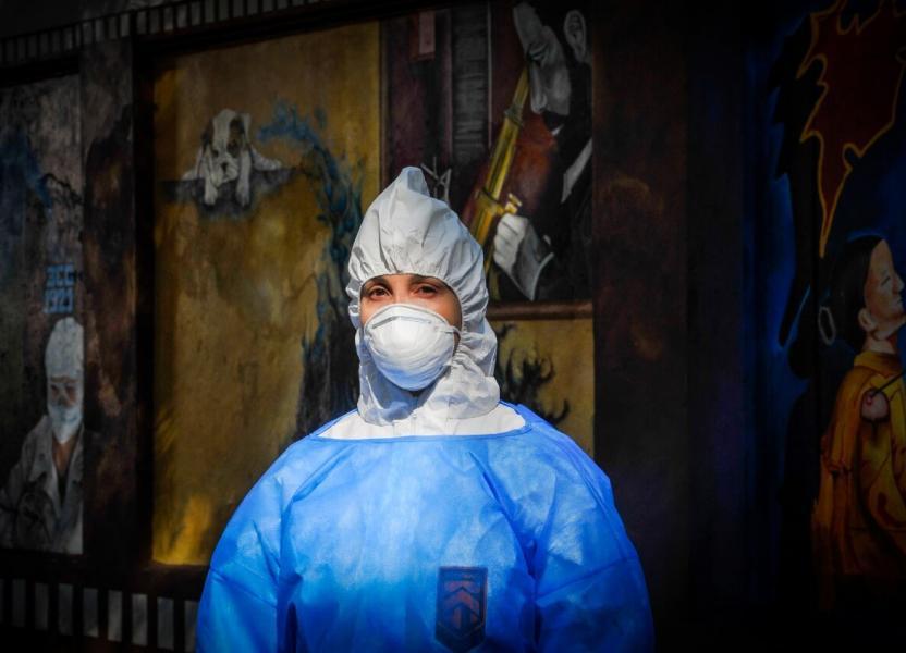 Retrato de una trabajadora de la salud con todo el equipo de protección con el que deben trabajar durante la pandemia de covid19