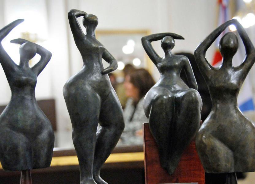 Escultura cuerpo femenino de los premios Juana Manso