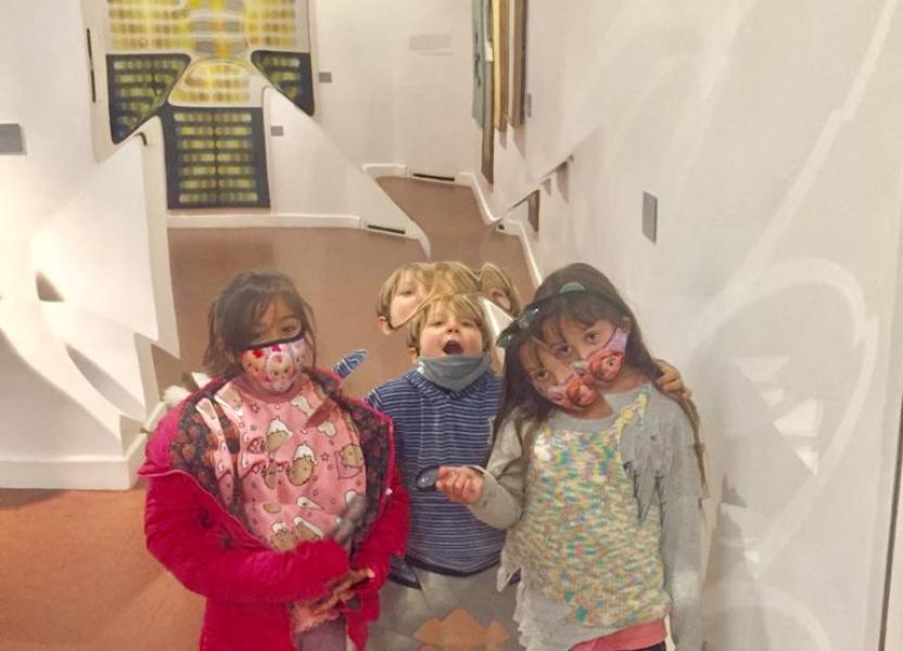 Niñas y niñas junto a la obra de Polesello