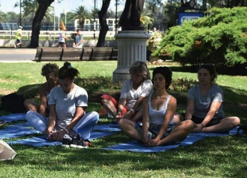 Grupo de mujeres realizando yoga en el jardín del Museo de la Ciudad.