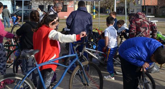 Escuela ciclista en barrio Tío Rolo