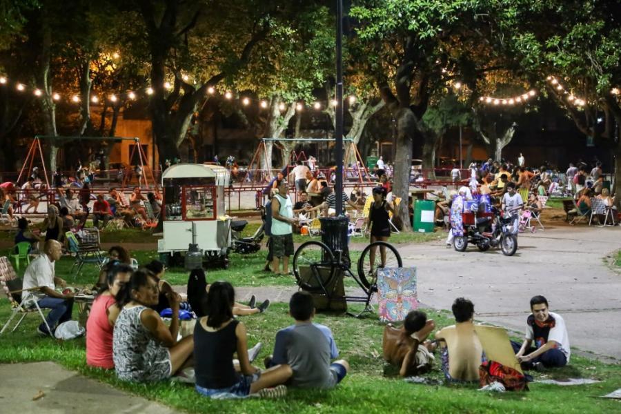 Picnic nocturno en plaza Saavedra