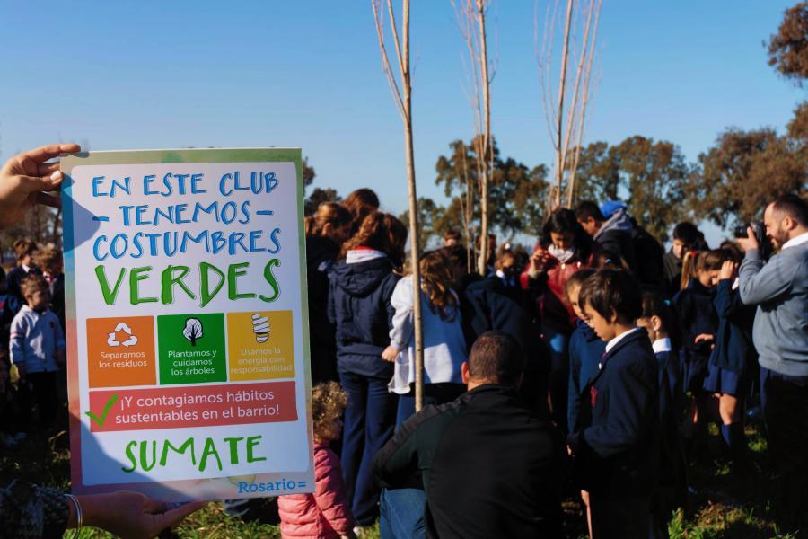 Plantación de árboles con clubes verdes