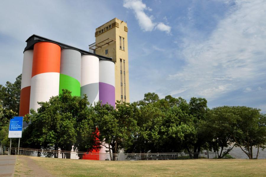 Vista del museo Macro desde el parque
