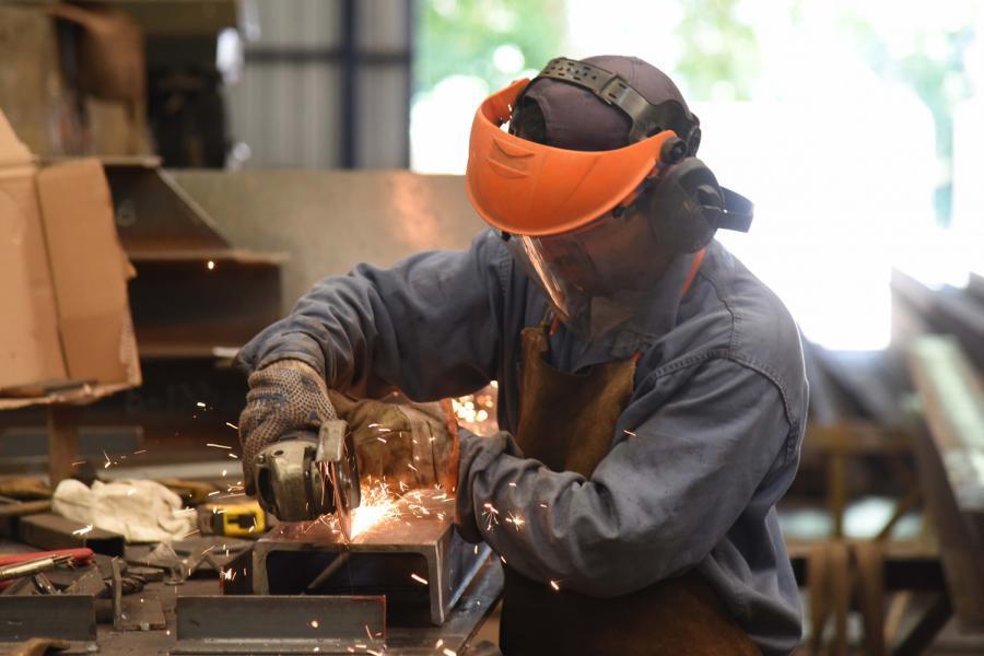 Oficios. Hombre realizando trabajos metalúrgicos