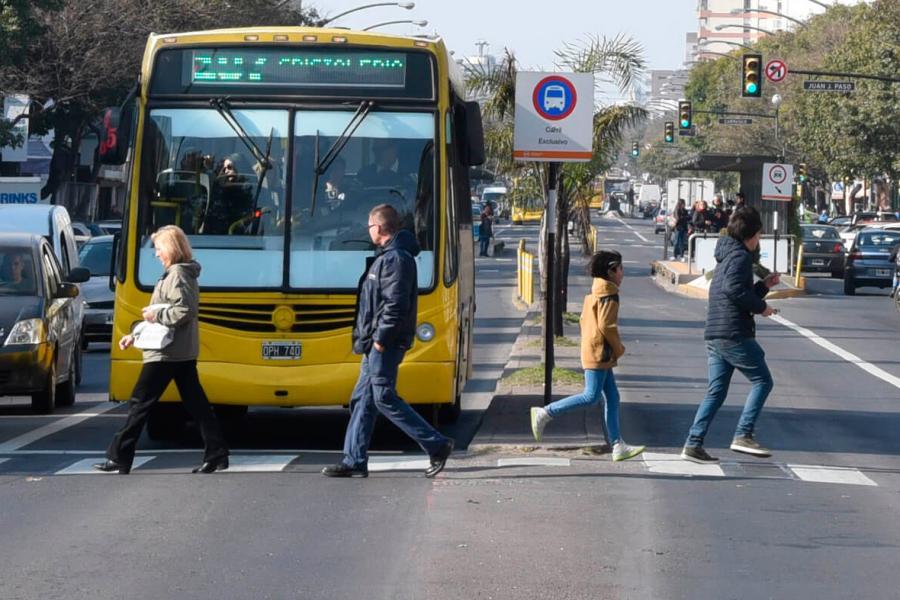 peatones en avenida Alberdi