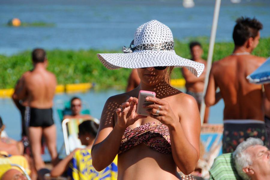 Verano mujer al sol con sombrero