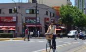 Ciclista en la ciclovía de Cafferata