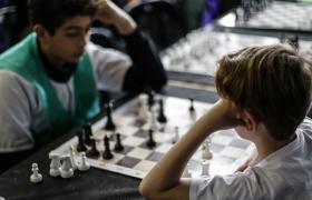 Dos jóvenes jugando al ajedrez
