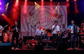 Fotografía de banda en escenario
