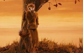 El zorro señor Fox apoyado en un árbol