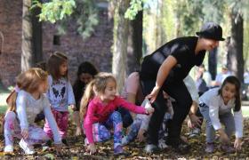 Niños haciendo expresión corporal en La Granja de la Infancia
