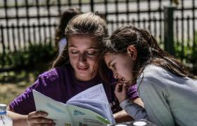 Mujer y niña leyendo un libro