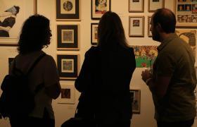 Personas mirando galería