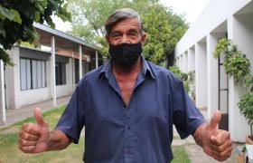 Adulto mayor con barbijo