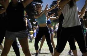 Jovenes bailando
