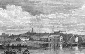 Litografía de Jennings, ca 1865, vista de la ciudad de Rosario desde el río, río se observan los pocos edificios que se encontraban en la costa, un barco de vela en puerto y en primer plano dos embarcaciones a remo con tres tripulantes cada una.