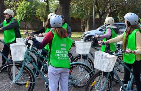 Escuela ciclista. Las clases son los domingos en Calle Recreativa.