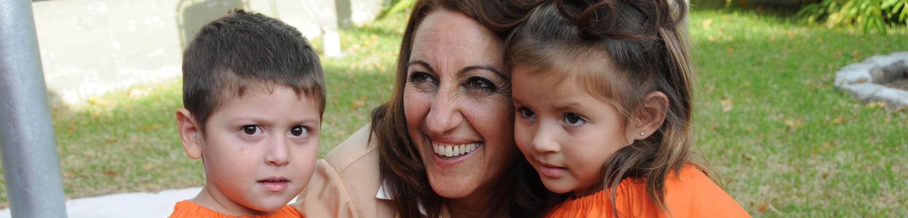 Mónica Fein junto a niños del programa PIE