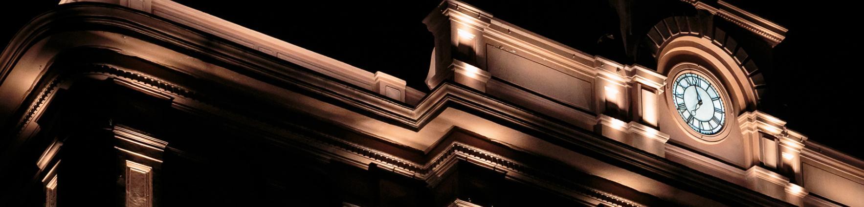 Fachada de edificio por la noche